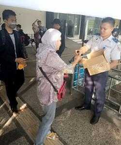 Kagama Riau Bekerja Sama dengan Dishub Pekanbaru Bagikan Hand Sanitizer di Pelabuhan Sungai Duku