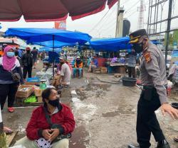 Kompol Hendrik Awasi Langsung Prokes di Pasar Cik Puan
