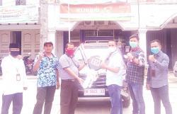 Pimcab BRI Bangkinang Antarkan Hadiah Mobil ke Nasabah