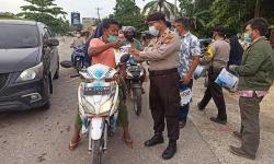 Polsek Tenayan Raya Berbagi Takjil dan Sembako