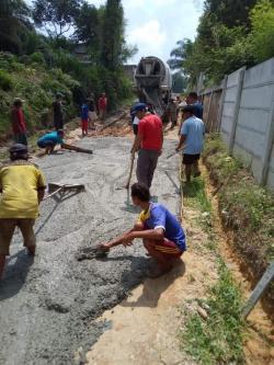 Tak Kunjung Diperbaiki Pemko, Warga Swadaya Cor Jalan