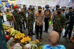 Panglima dan Kapolri Bagikan Masker ke Pedagang Pasar Kodim