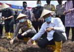 Tak Hanya Sembako, Bibit Tanaman dan Pakan Ikan Turut Dibagikan Kapolresta Pekanbaru