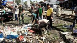 Bhakti Sosial, Polsek Kuantan Mudik Bersihkan Pasar