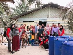 KKN  LPPM Unri Latih Ibu Rumah Tangga di  Minas Barat Buat Pakan Ikan Lele