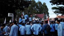 Ratusan Massa Datangi DPRD Riau
