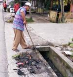 Warga Gotong Royong Bersihkan Drainase