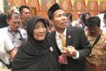 Eet Cium Kening sang Emak Usai Dilantik Jadi Ketua DPRD Riau