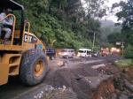 Jalur Sumbar-Riau Macet Total
