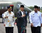 Jokowi Naik Pesawat CN 295 ke Tasikmalaya, Lihat Gayanya