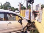 Tabrak Traffic Light, Mobil Ditinggal Pengemudi