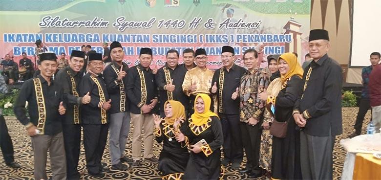 Bupati Berjoget dengan Masyarakat Kuansing di Pekanbaru