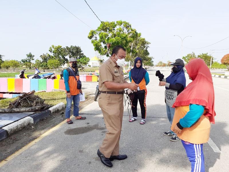 Waspada Corona, DLH Rohil Berikan Masker untuk Seluruh Petugas