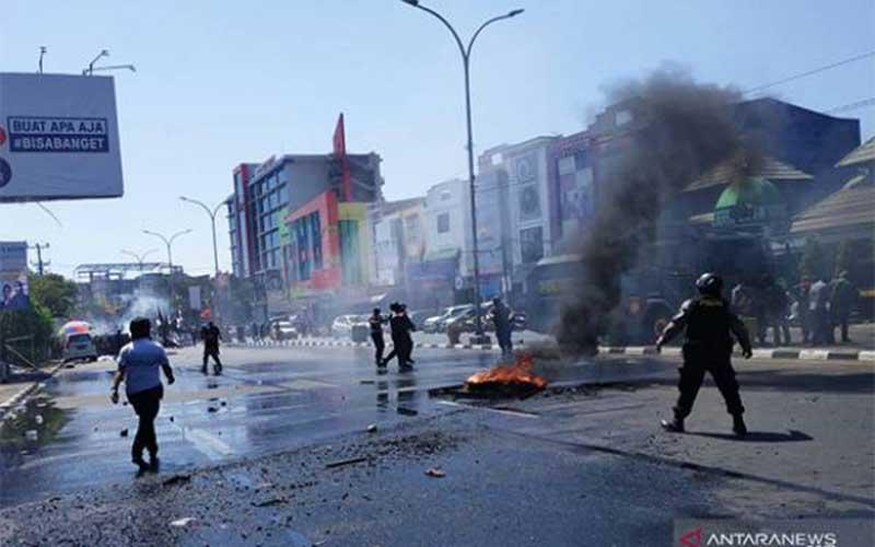 Bentrok Pecah di Makassar, Batu Melayang di Bandung
