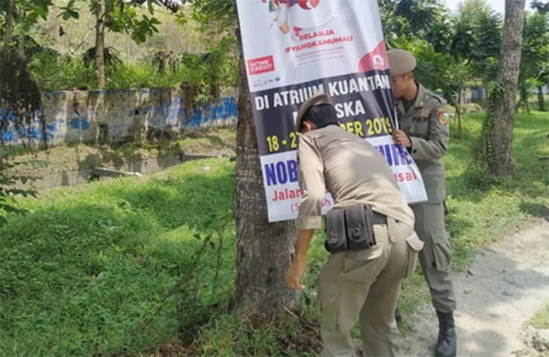 Sisir Dua Jalan Protokol, Satpol PP Tertibkan PKL dan Banner Jatuh Tempo