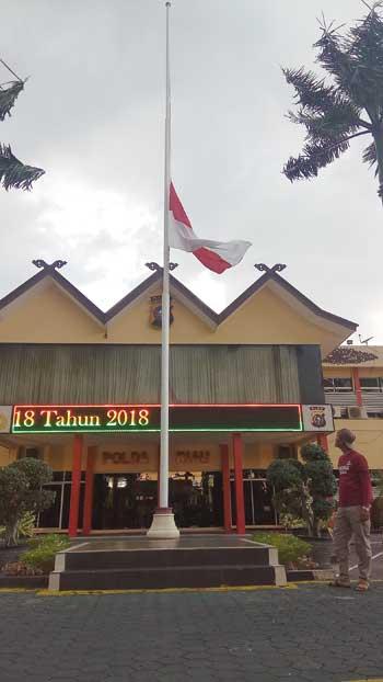 Jajaran Polda Riau Kibarkan Bendera Setengah Tiang