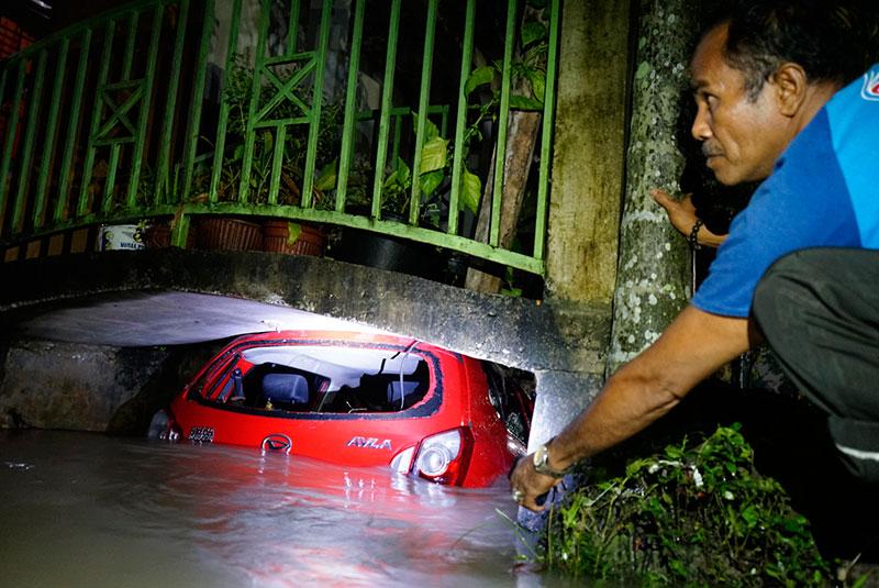 Mobil Masuk Kolong Jembatan Warga