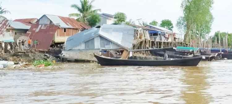Sepuluh Rumah di Tembilahan Diterjang Abrasi Sungai Indragiri