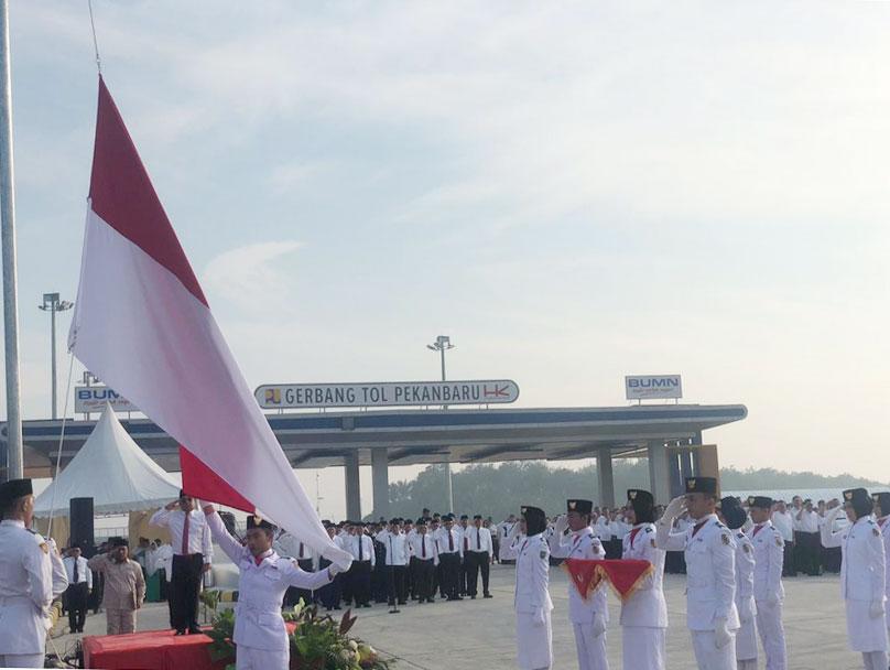 Merah Putih Berkibar di Gerbang Tol Pekanbaru-Dumai
