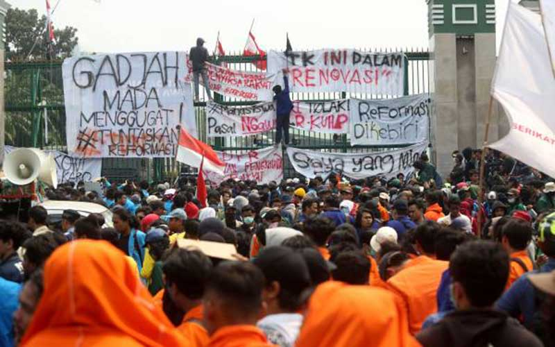 Demo Mahasiswa di Depan Gedung DPR Ricuh, Batu vs Water Cannon