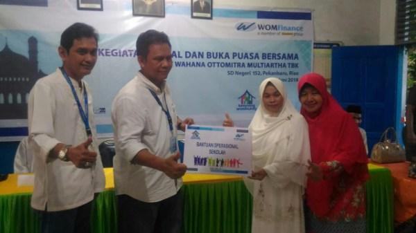 CSR Ramadhan WOM Finance Bantu Rehab Fasilitas Sekolah