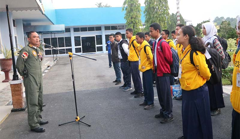 Ketua Yasarni Lanud RSN Lepas 19 Casis SMA Pradiga Dirgantara